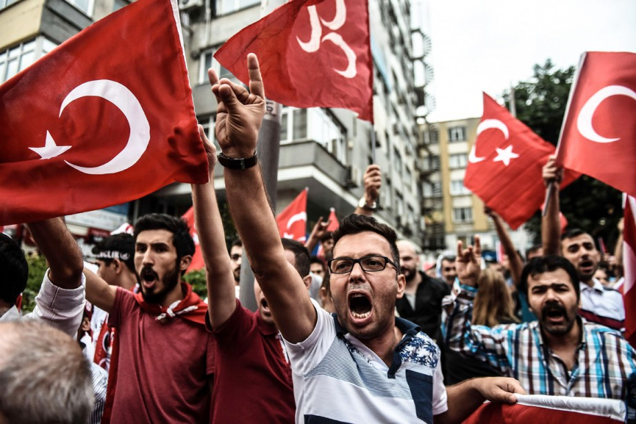 Des manifestants turcs scandent de slogans hostiles au... (PHOTO  OZAN KOSE, AFP)