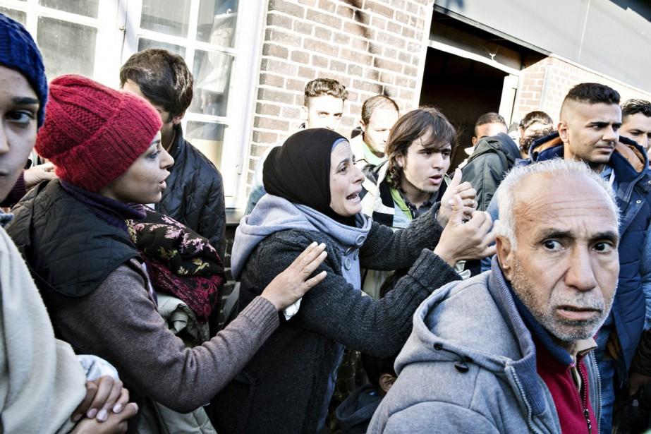 Un groupe de migrants à la gare de... (PHOTO ALEX LUKA LADIME, REUTERS)