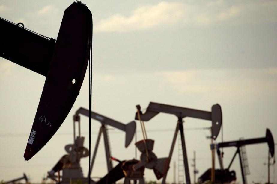 Les cours du pétrole ont nettement baissé mercredi... (Photo Charlie Riedel, AP)