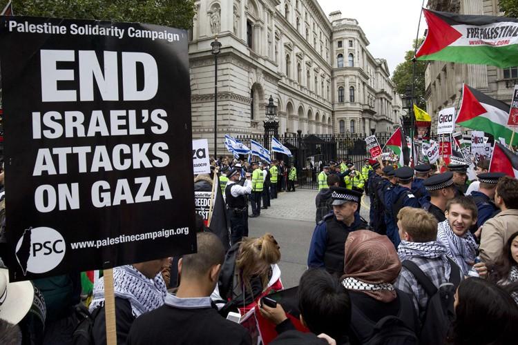 Côté propalestinien, ils étaient environ 400 à protester... (PHOTO AFP)