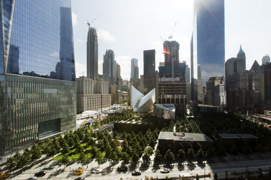 Vous avez regardé la photo précédente. Maintenant, sur celle-ci, nous sommes à la veille du 11 septembre 2015, qui marquera le 14e anniversaire des attentats de New York, le 11 septembre 2001. Le site est métamorphosé. | 10 septembre 2015