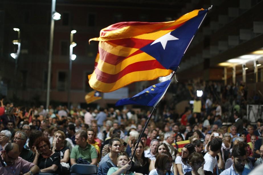 Un jeune garçon brandit un drapeau catalan pro-indépendance,... (Photo Manu Fernandez, AP)