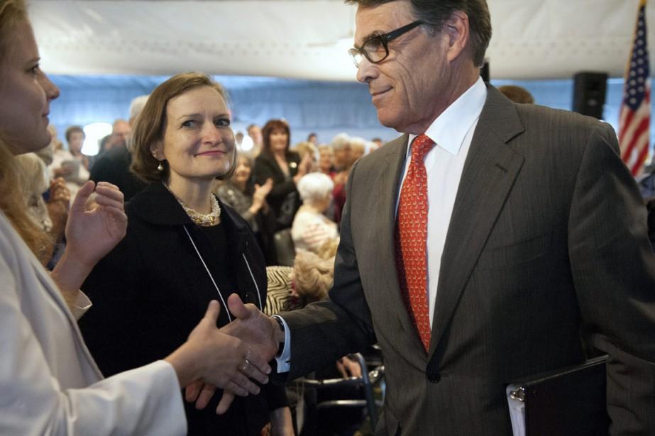 Rick Perry salue des partisansaprès son discours, vendredi.... (Photo Sid Hastings, AP)