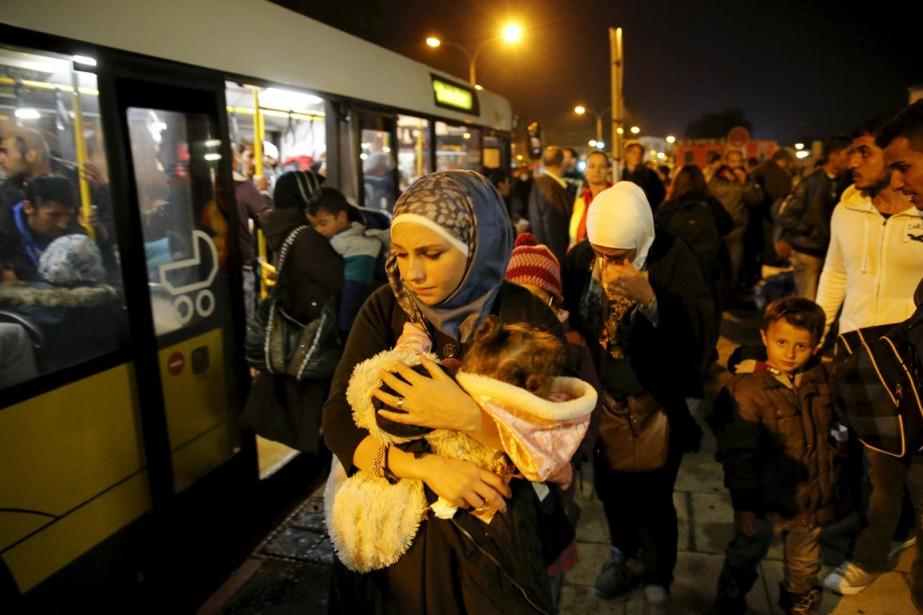 À Vienne, des réfugiés montent à bord de... (PHOTO FABRIZIO BENSCH, REUTERS)