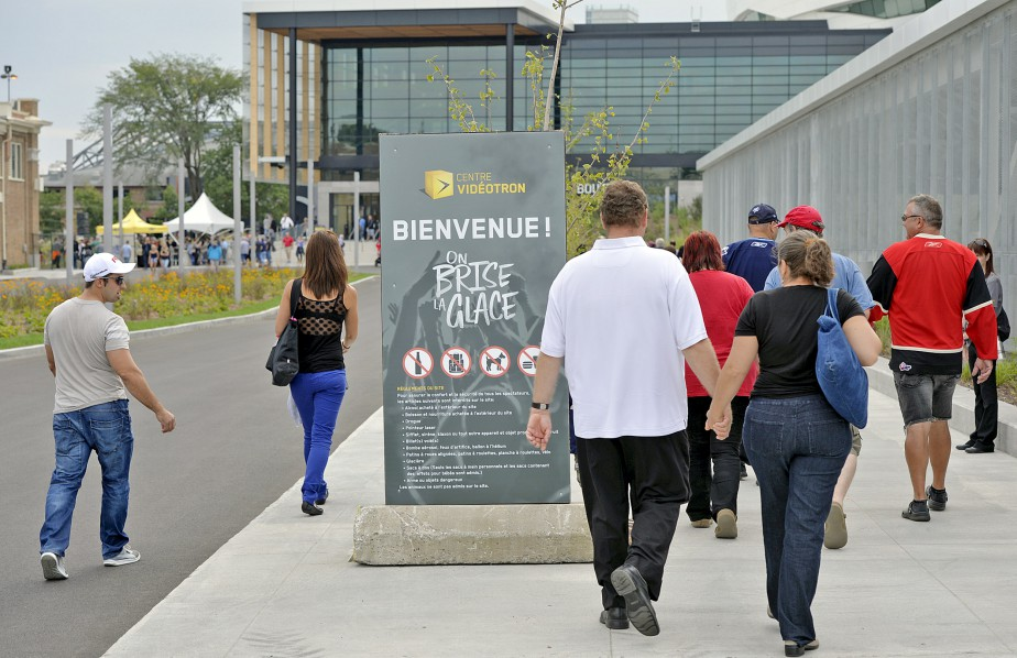Des milliers d'amateurs n'ont pas attendu l'ouverture des portes, prévue à 17h30, pour venir célébrer l'aboutissement du projet impliquant 370 millions $ d'argent public. (Le Soleil, Pascal Ratthé)