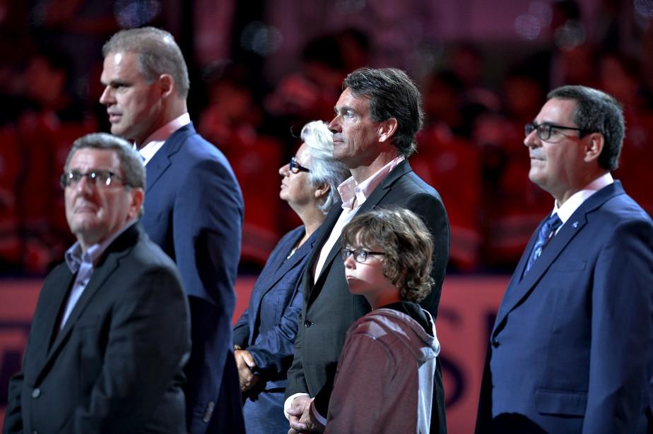 La cérémonie d'ouverture a rassemblé plusieurs dignitaires sur la glace avant le match. (Le Soleil, Pascal Ratthé)