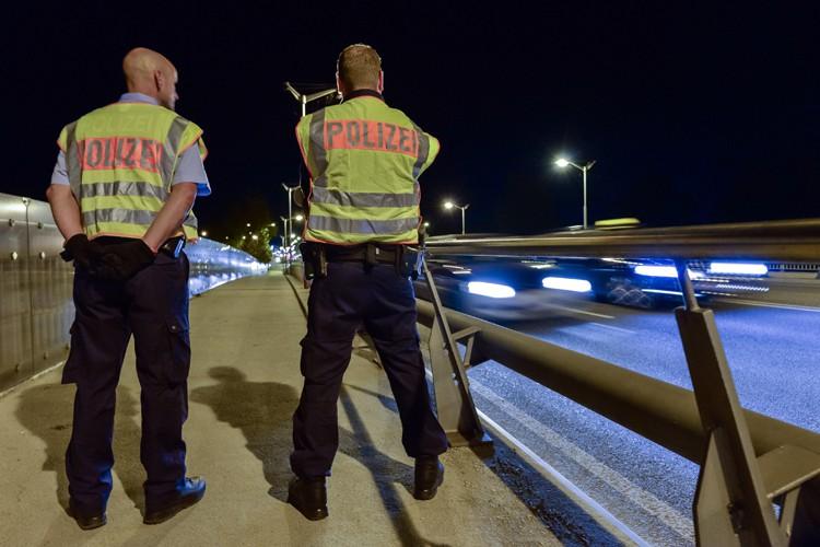 Desux policiers allemands surveillent le point de passage... (PHOTO AFP)