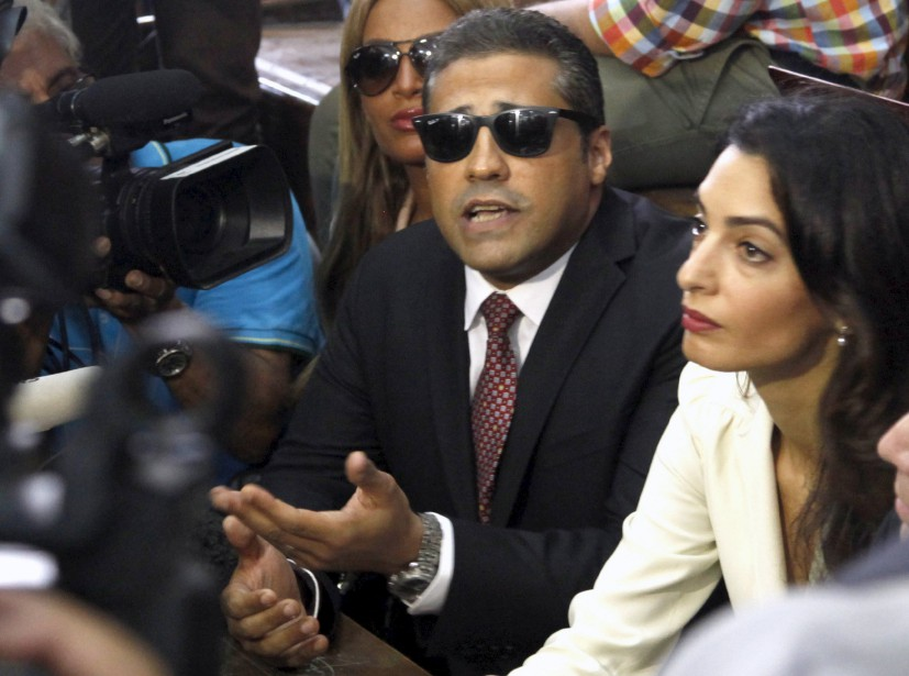 Accompagné de son avocate Amal Clooney (à droite),... (photo Asmaa Waguih, archives reuters)