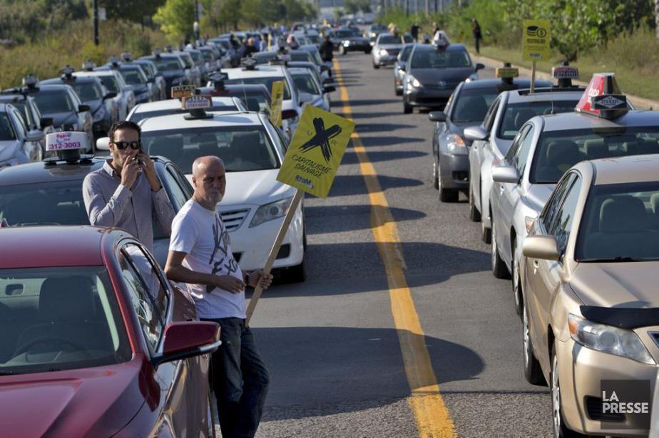 Une manifestation des chauffeurs de taxis contre Uber... (PHOTO PATRICK SANFAÇON, LA PRESSE)