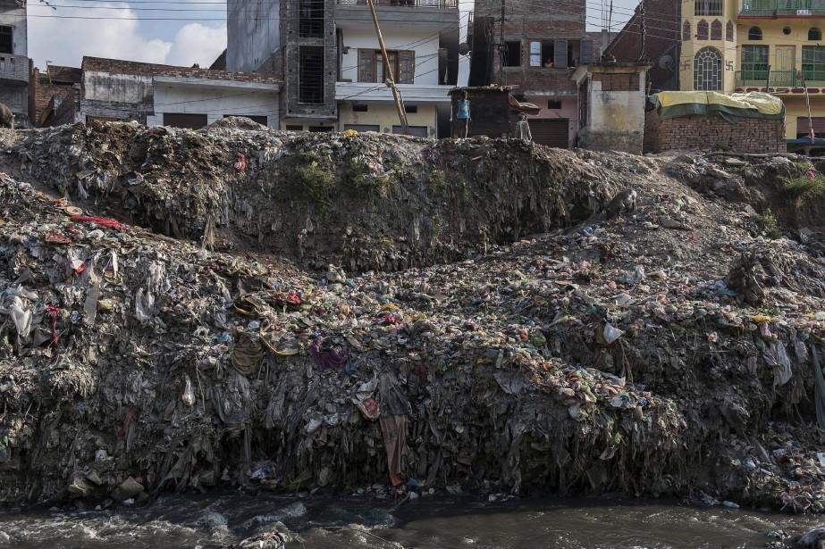 Un garçon de six ans est au sommet d'une montagne de déchets, en Inde, sur les rives du Gange, fleuve sacré très pollué. En ce mercredi 16 septembre, il cherche quelques morceaux de métal à vendre. Des millions d'enfants travaillent en Inde où le quart des quelque 1,2 milliard d'habitants vivent avec moins de 1,60 $ par jour. | 16 septembre 2015