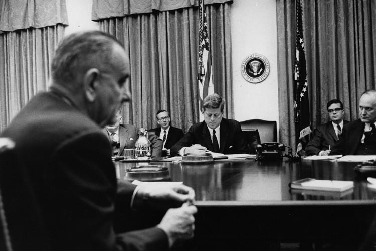 Lyndon Johnson (à gauche) et John F. Kennedy... (ARCHIVES THE NEW YORK TIMES)