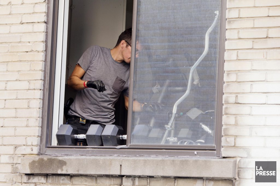 Un enquêteur inspecte le lieu où a été... (PHOTO ALAIN ROBERGE, LA PRESSE)