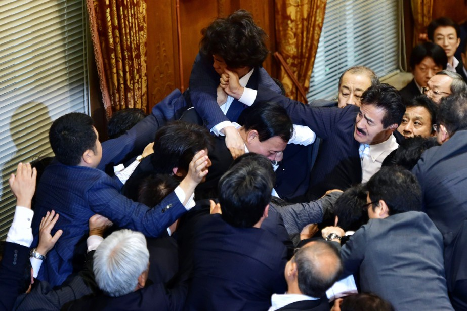 Des sénateurs en sont venus aux mains au... (PHOTO YOSHIKAZU TSUNO, AFP)
