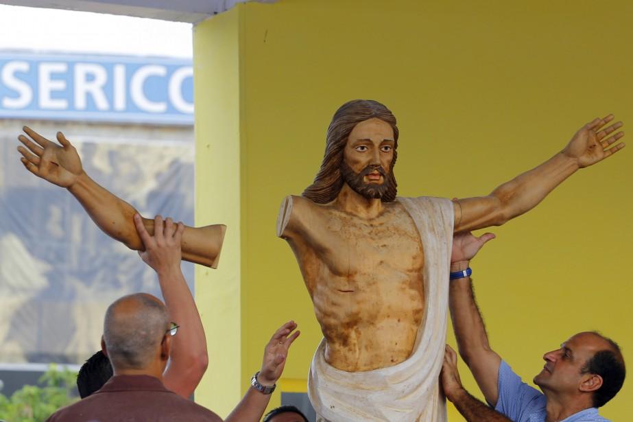 Des travailleurs cubains préparent la visite du pape catholiqueJorge Mario Bergoglio en ce jeudi 17 septembre. Le pape François célébrera une messe à la place de la Révolution de La Havane. | 17 septembre 2015