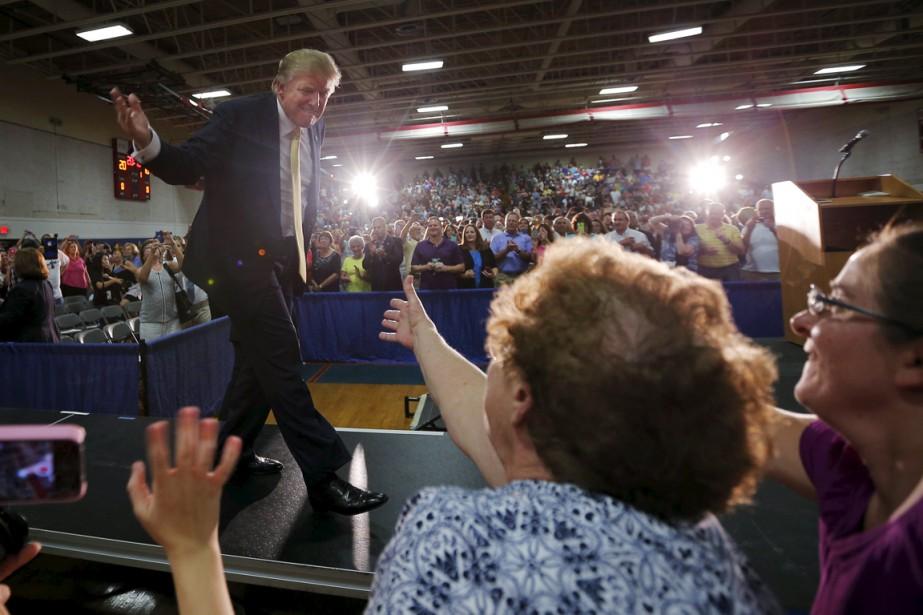 Donald Trump salue ses partisans alors qu'il monte... (PHOTO BRIAN SNYDER, REUTERS)