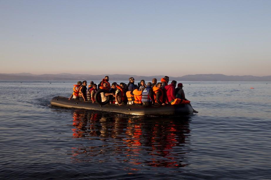 Le flot de réfugiés est continu. Depuis la Syrie surtout, ils se rendent en Turquie. Ils y embarquent vers la Grèce, comme ceux-ci en ce vendredi 18 septembre. Les autorités estiment qu'environ 250 000 personnes ont atteint les îles grecques depuis le début de l'année. | 18 septembre 2015