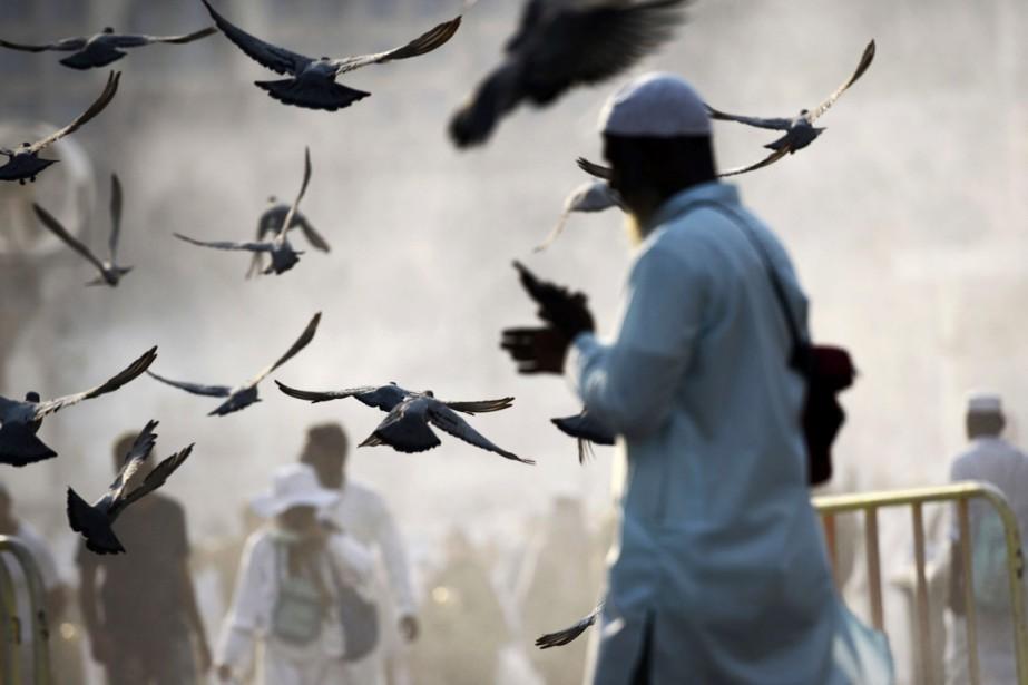 Les pélerins quittent le lieu de prière à la Grande Mosquée de La Mecque. Chaque année, des milliers de gens font le pélerinage à La Mecque, une obligation pour les musulmans qui doivent faire le voyage une fois dans leur vie s'ils en ont les moyens et s'ils le peuvent physiquement. (19 septembre) | 19 septembre 2015