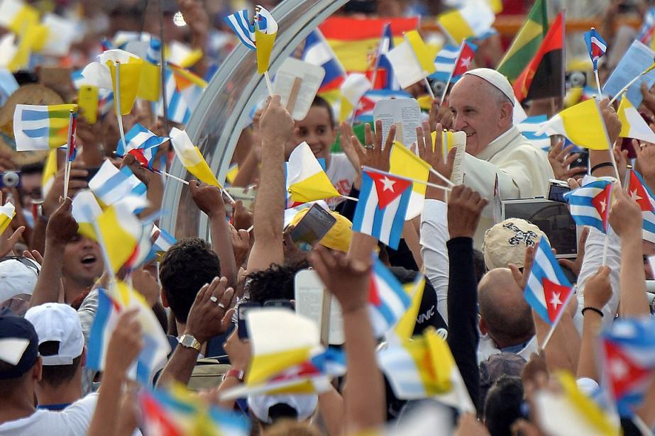 À bord d'une «papamobile» entourée d'une dizaine de... (PHOTO ADALBERTO ROQUE, AFP)
