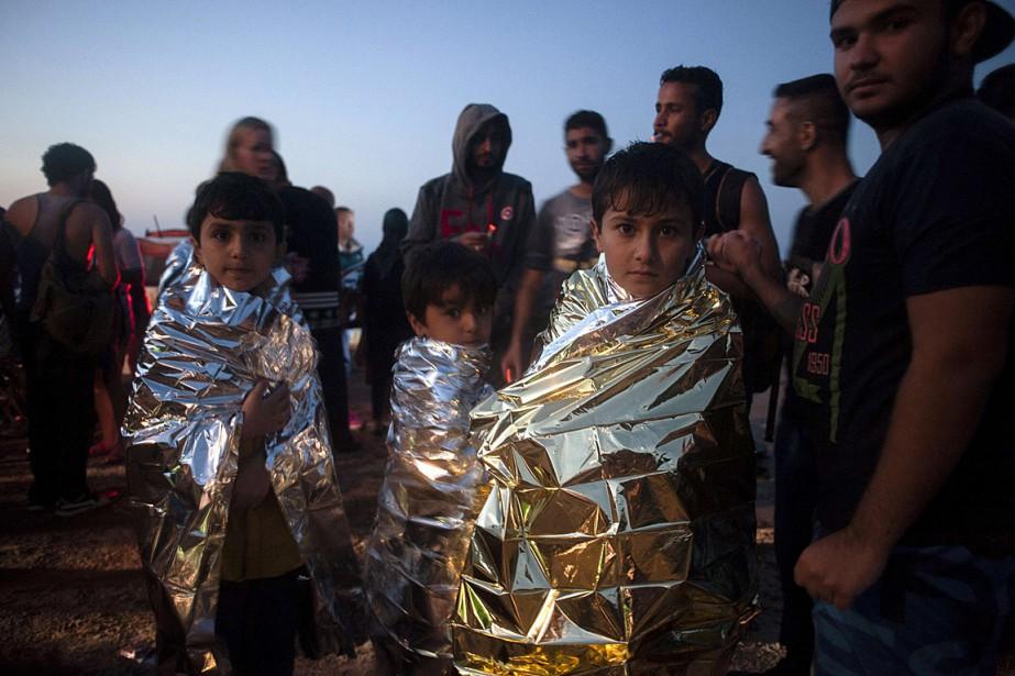 Des enfants, enveloppés dans des couvertures de survie,... (AFP, Iakovos Hatzistavrou)