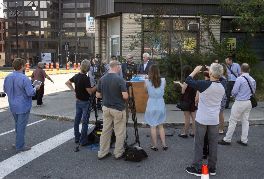 Gilles Duceppe tient une conférence de presse au coin d'une rue de Montréal, le 17 septembre. (La Presse Canadienne)