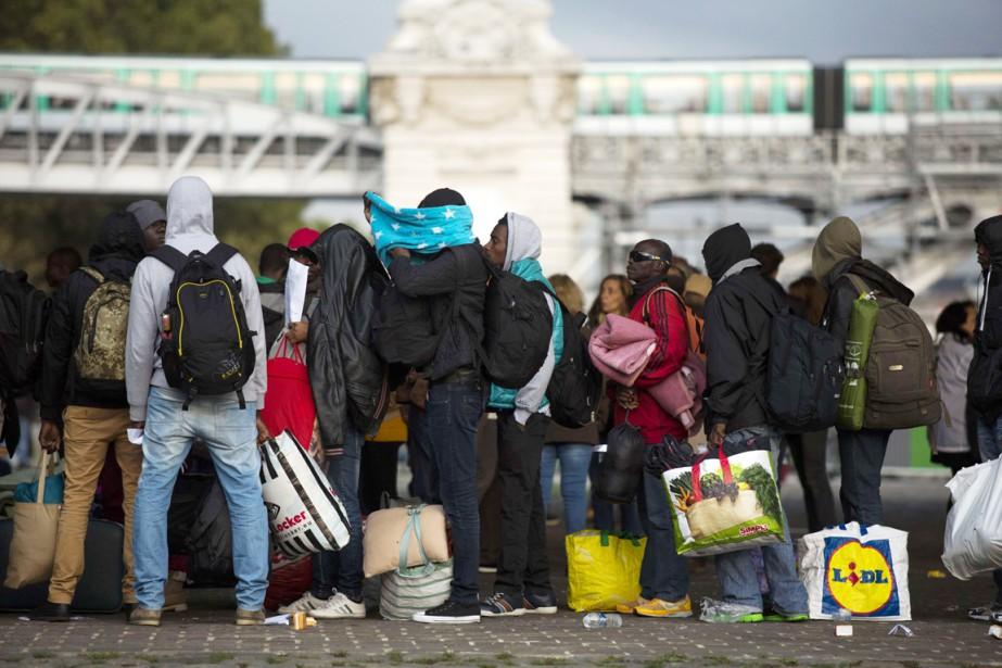 Des réfugiés s'apprêtent à quitter un camp de... (PHOTO FLORIAN DAVID, AFP)