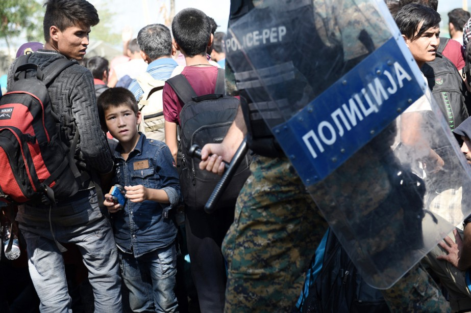 Coups de matraque, de poing, de pieds, insultes:... (PHOTO GIANNIS PAPANIKOS, AP)