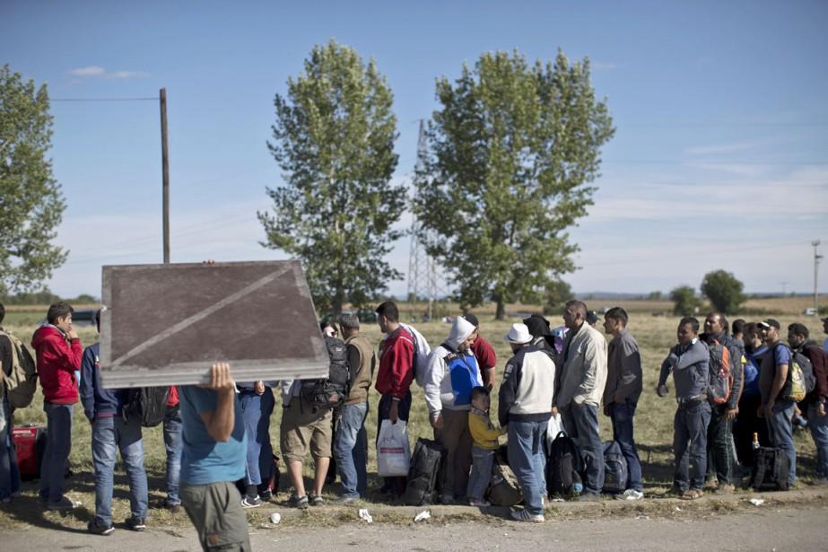 Des gens font la file pour être admis... (PHOTO MARKO DROBNJAKOVIC, AP)