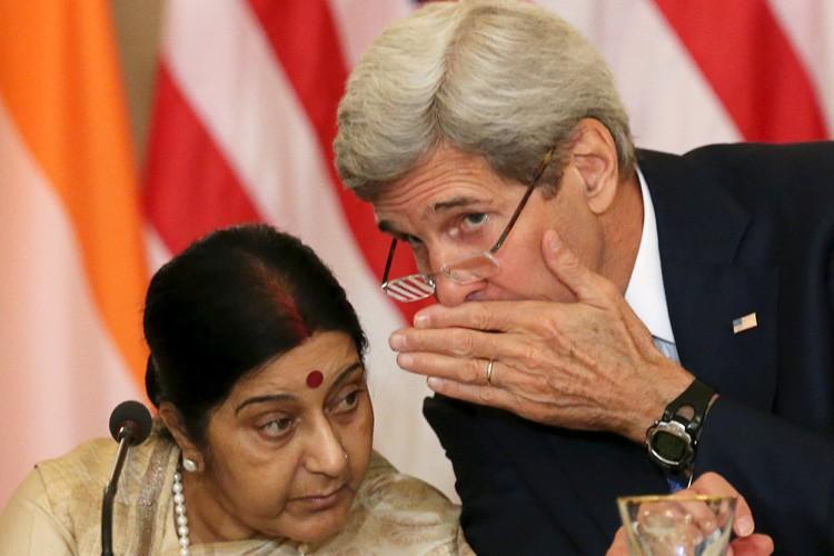 Le secrétaire d'État John Kerry et son homologue... (PHOTO REUTERS)