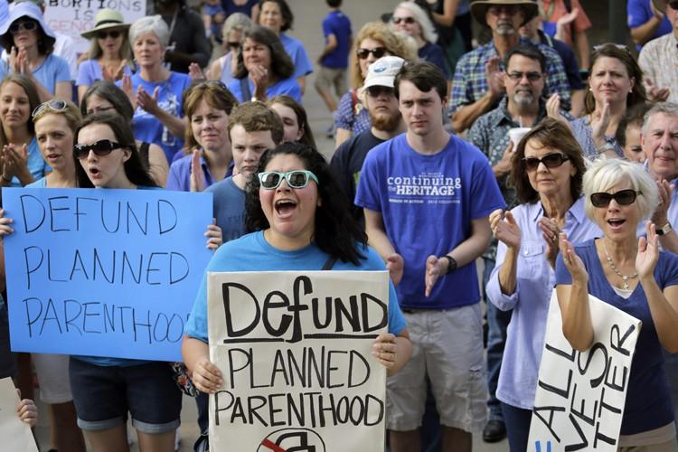 Des militants anti-avortement ont manifesté cet été au... (PHOTO AP)