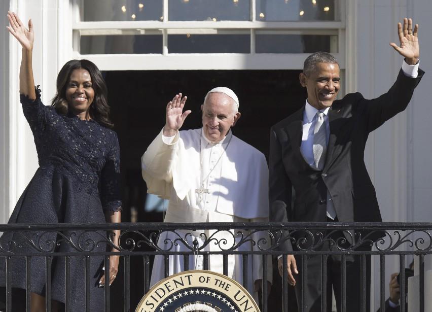 Le pape François est arrivé le 23 septembre à la Maison-Blanche, où il a été accueilli par le président américain Barack Obama et son épouse Michelle. Le couple présidentiel semblait radieux quand le pontife est arrivé à bord de sa petite Fiat - possiblement le plus petit véhicule à n'avoir jamais conduit un dignitaire jusqu'à leur porte. Washington n'est que le premier arrêt de la visite de six jours du pape aux États-Unis. | 23 septembre 2015