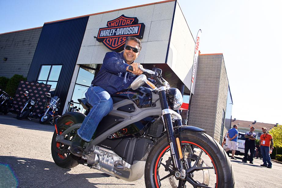 Anoop Prakash, directeur général de Harley-Davidson Canada, au volant du plus récent prototype de l'entreprise, la moto électrique LiveWire. (Photo André Pichette, La Presse)