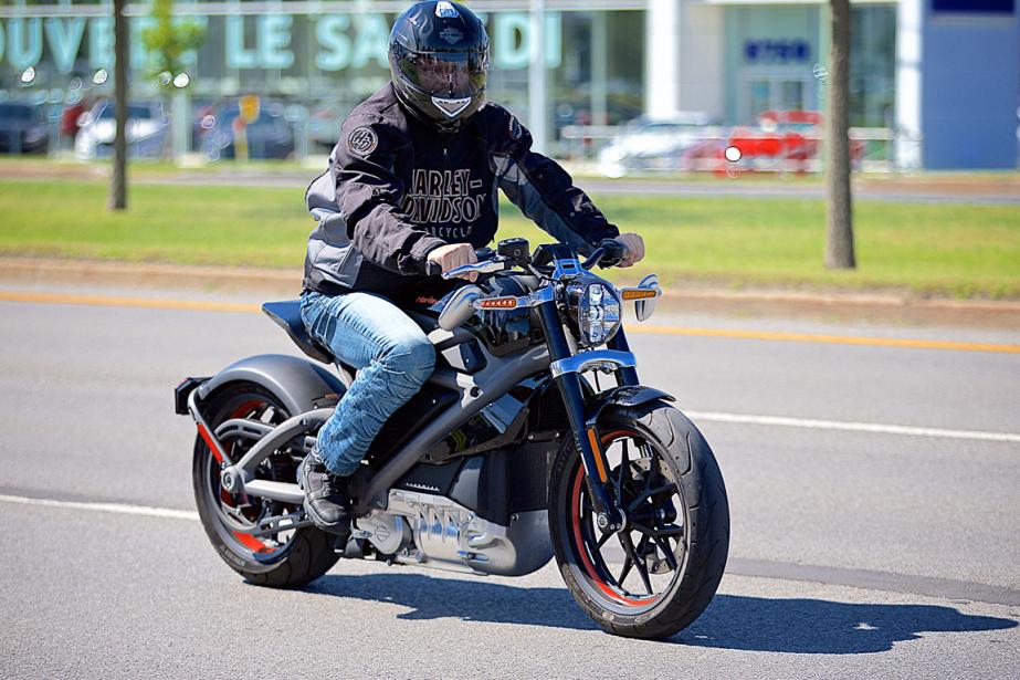 Plutôt légère avec ses 210 kg, la LiveWire est étroite et facile à prendre en mains, avec une position de pilotage redressée qui s'apparente à celle des motos de type standard. (Photo André Pichette, La Presse)