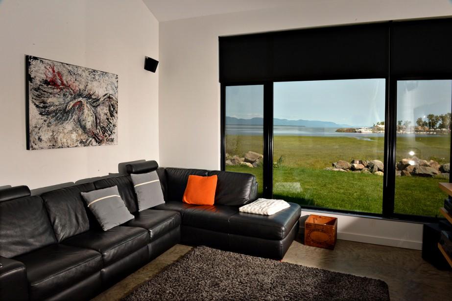 Le salon offre une vue comme un tableau sur le fleuve et sur la marina de Berthier-sur-Mer. (Le Soleil, Patrice Laroche)