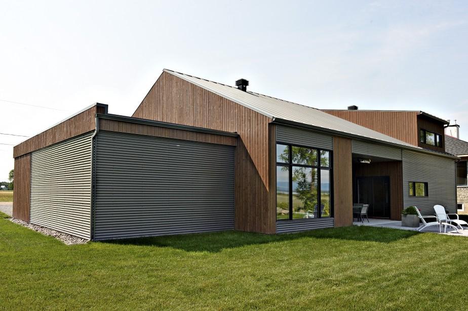 À gauche un garage, élément indispensable dans une maison sans sous-sol. À droite, la lucarne éclaire la mezzanine. (Le Soleil, Patrice Laroche)