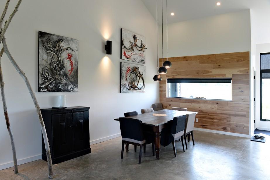 Un mur recouvert de planches de hickory réchauffe la salle à manger. (Le Soleil, Patrice Laroche)