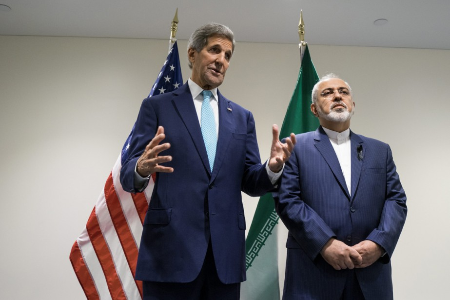 Le Secrétaire d'État John Kerryet son homologue iranien,... (Photo Craig Ruttle, AP)