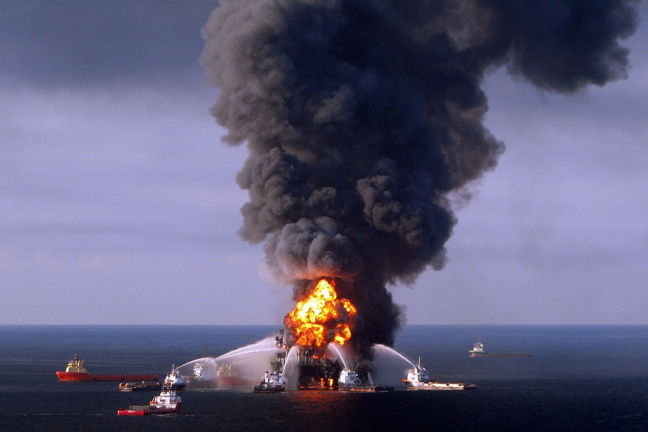 La plate-forme pétrolière Deepwater Horizon,louée par la compagnie... (Archives AFP, US Coast Guard)