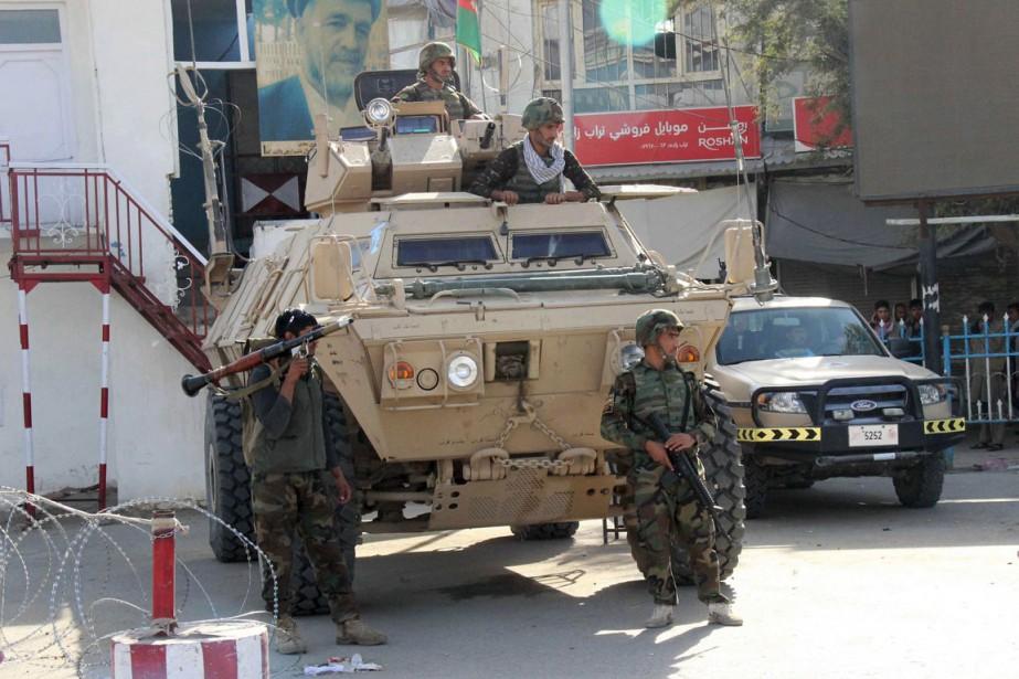 Des soldats afghans montent la garde lors de... (PHOTO REUTERS/STRINGER)