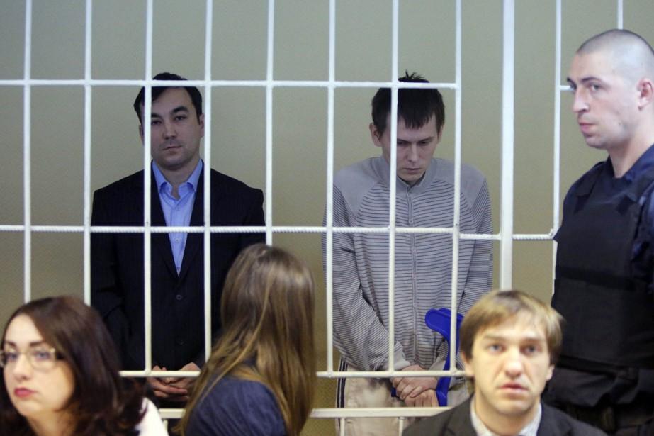 Le capitaine Evgueni Erofeïev (à gauche) et le... (PHOTO SERGEI CHUZAVKOV, AP)