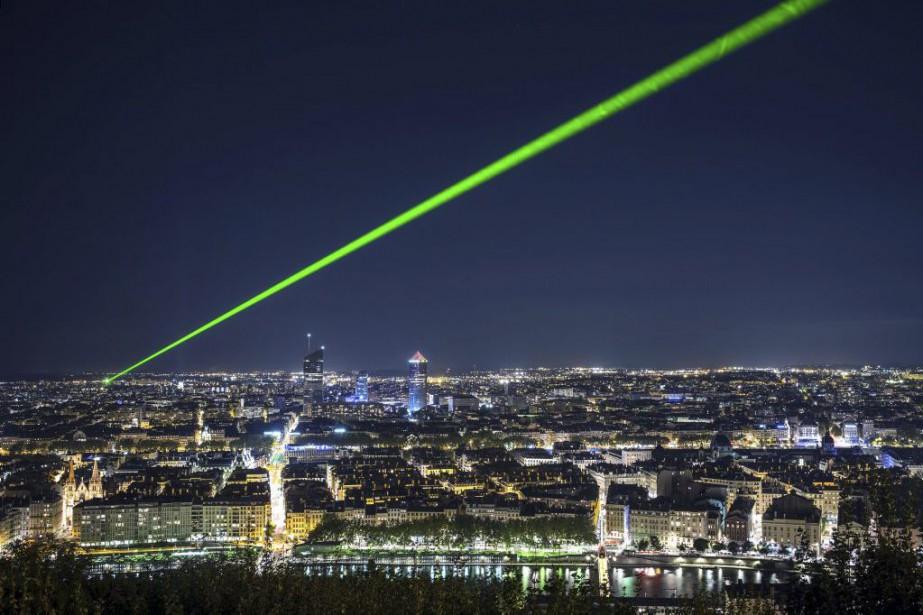 Un rayon de laser vert perce le ciel... (PHOTO JEFF PACHOUD, AGENCE FRANCE-PRESSE)