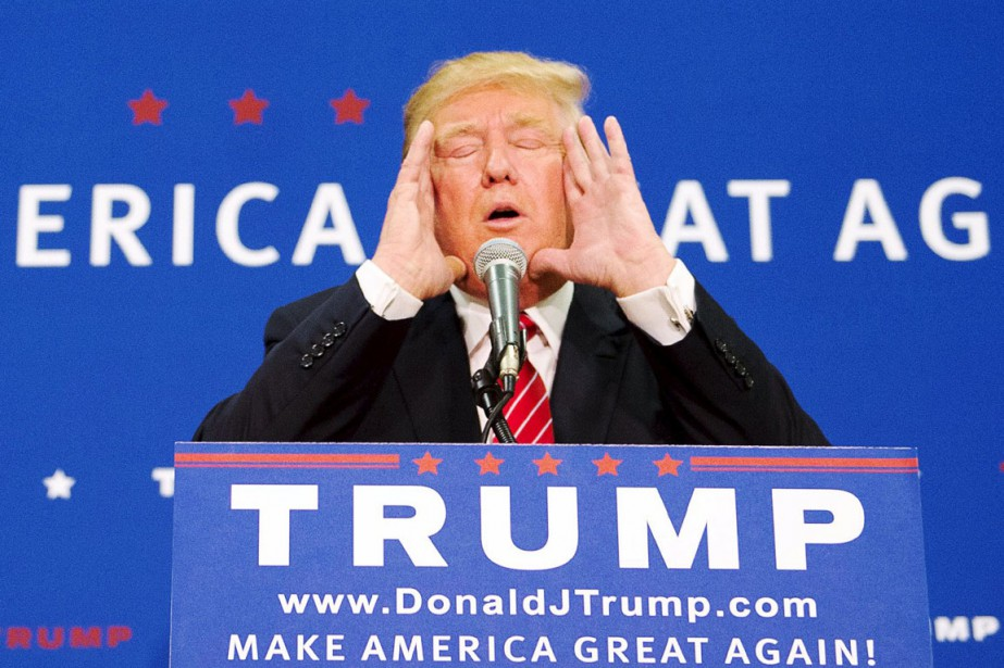 Le candidat à l'investiture républicaine Donald Trump s'entretient... (PHOTO GRETCHEN ERTL, REUTERS)