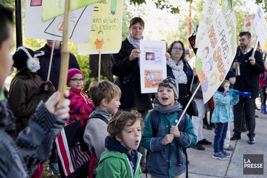 Des parents et des enfants manifestent devant l'École... (PHOTO ALAIN ROBERGE, LA PRESSE)