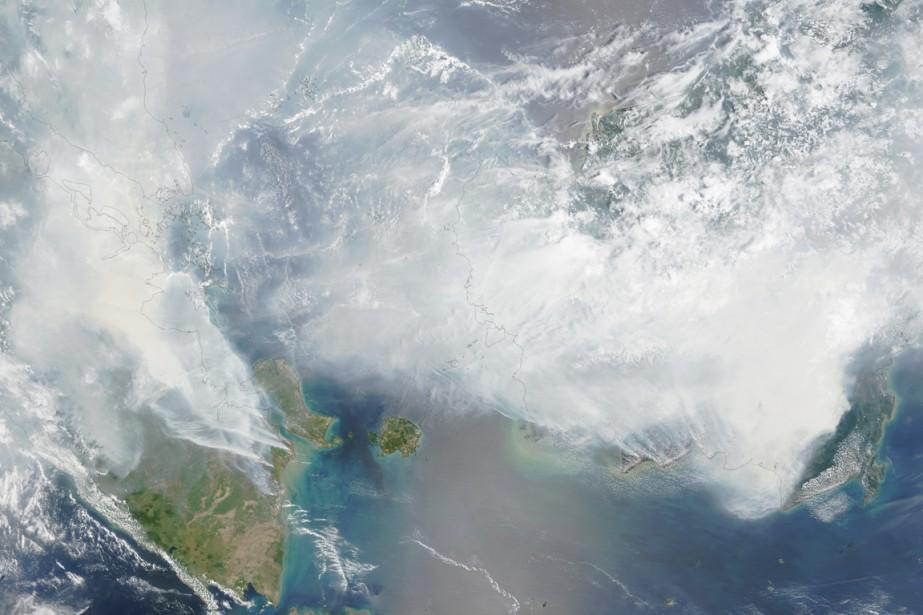 Les épaisses fumées provenant des provinces indonésiennes de... (IMAGE REUTERS/NASA)