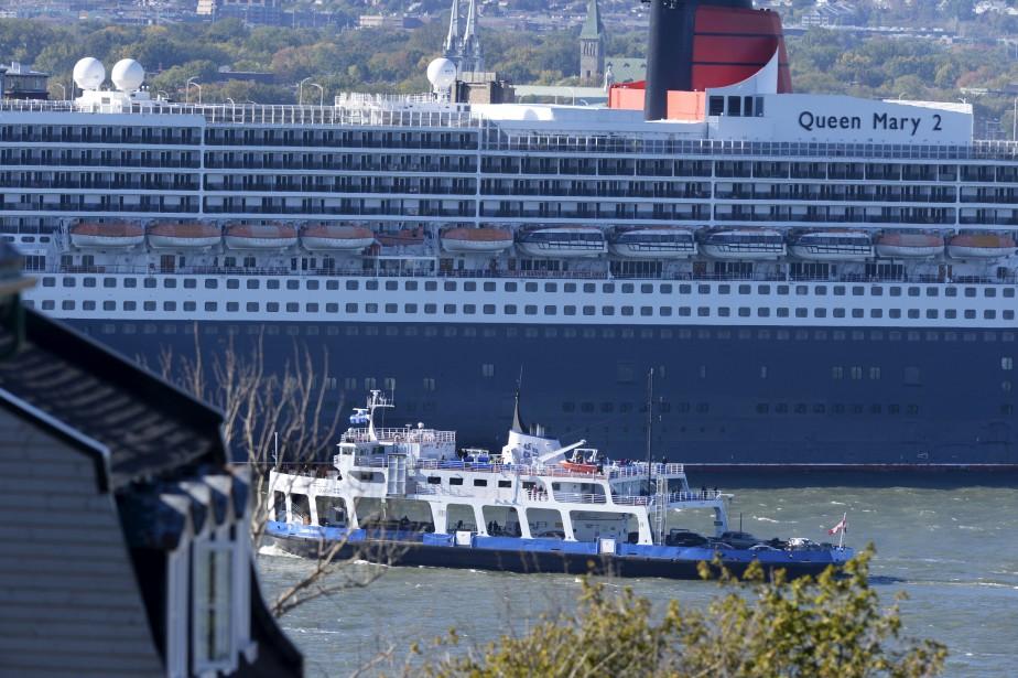 Les traversiers qui relient Québec et Lévis paraissaient bien petits à côté des géants de la mer. (Le Soleil, Jean-Marie Villeneuve)
