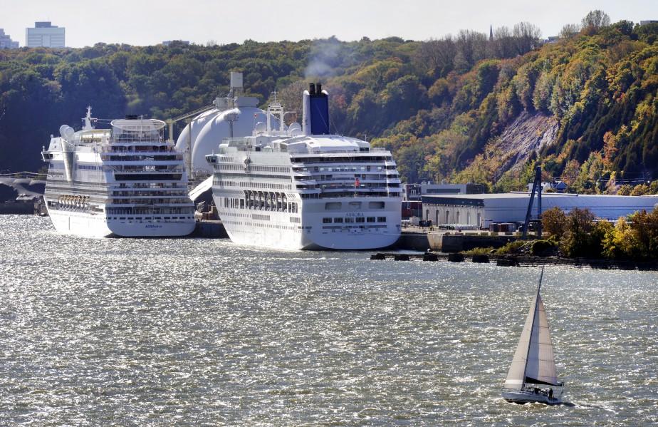 Certaines petites embarcations se sont approchées pour observer de plus près les bateaux qui ont envahi le port de Québec. (Le Soleil, Jean-Marie Villeneuve)