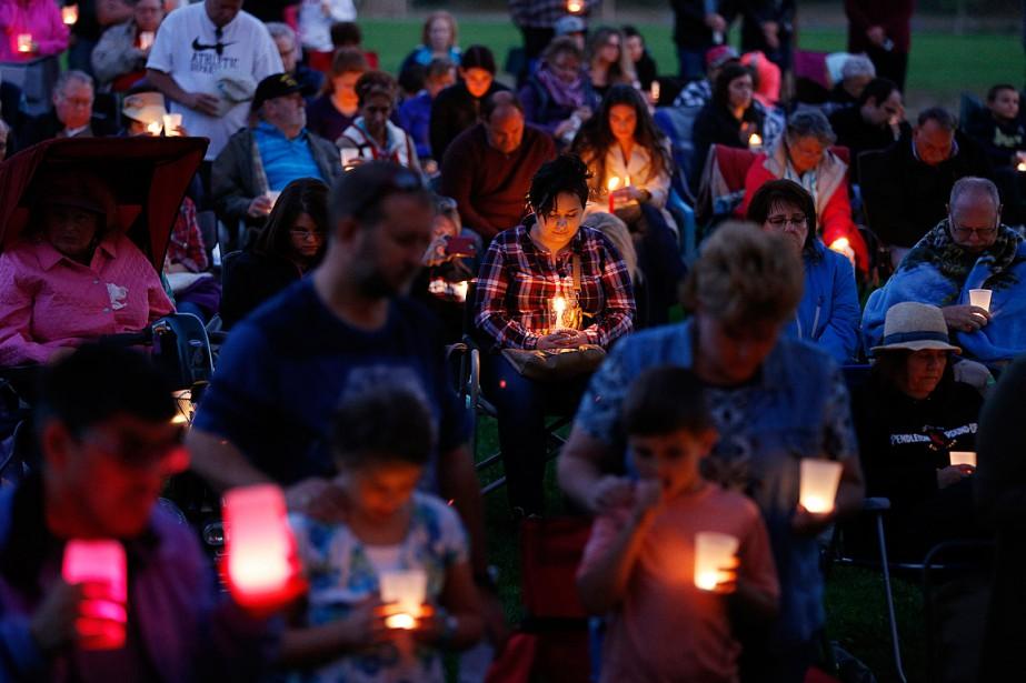 Des personnes se recueillent à la suite de... (Photo John Locher, AP)