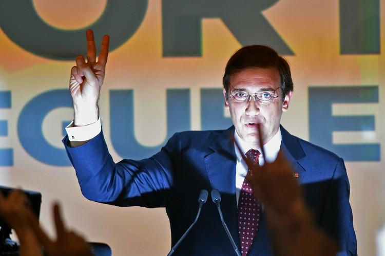 Elu en juin 2011, Pedro Passos Coelho, 51... (PHOTO AFP)