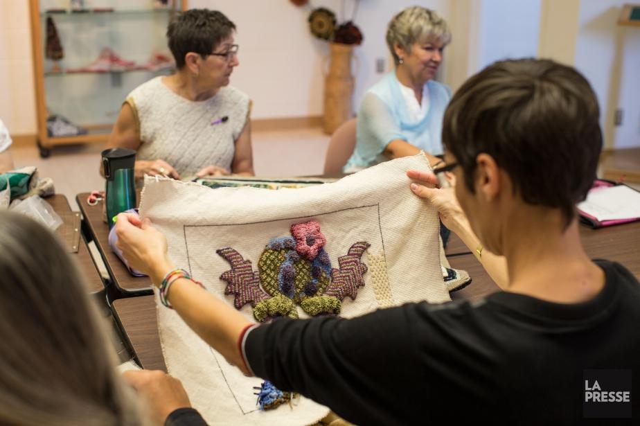 La tapisserie au crochet est pratiquée par de... (PHOTO OLIVIER PONTBRIAND, LA PRESSE)