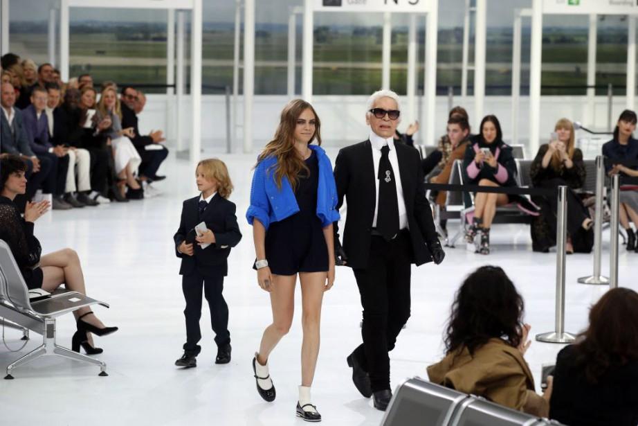 Karl Lagerfield est venu saluer les spectateurs à... (Photo Francois Mori, AP)