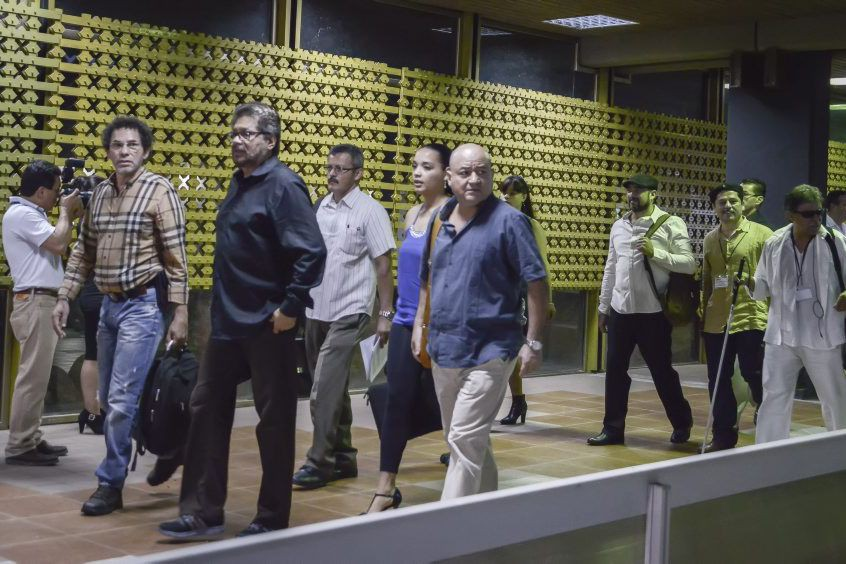 Des membres de la délégation des Farc arrivent... (Photo AFP)